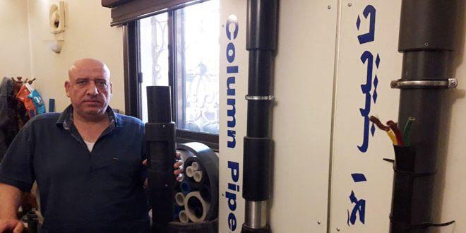صناعي من حماة يطوع البلاستيك لإنتاج أنابيب غاطسة للآبار وقمصان محورية منخفضة التكلفة