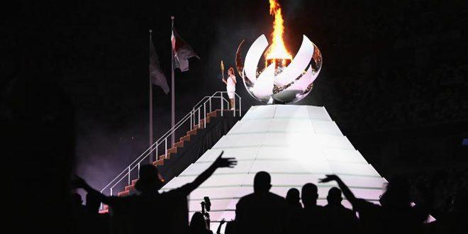 نجمة التنس اليابانية اوساكا توقد الشعلة الأولمبية